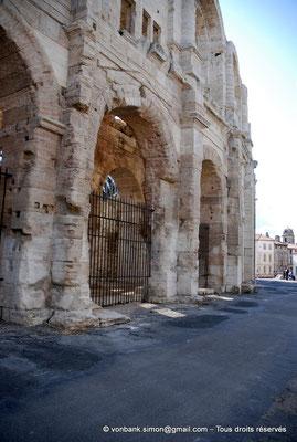 [NU002b-2016-0247] Arles (Arelate) - Amphithéâtre : Vue partielle de la façade Nord-Est
