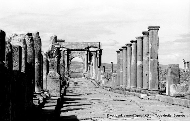 [NB047-1978-16] Timgad (Thamugadi) : Decumanus maximus, en direction de Lambaesis - Arc de Trajan