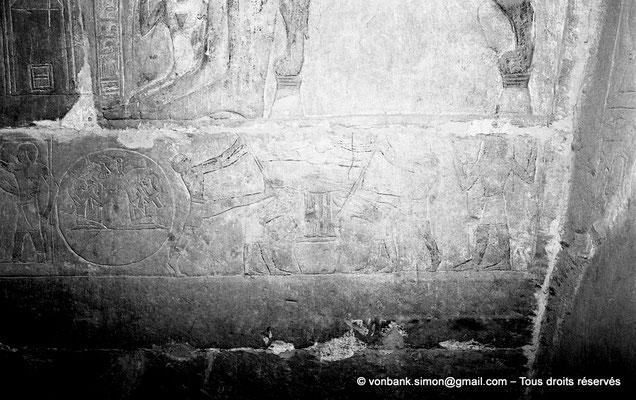 """[NB085-1981-31] Saqqara - Mastaba de Mererouka : Registre consacré à la fabrication du vin - Sur la droite, placé dans une pièce de tissu, le moût est apporté pour un dernier pressage, deux """"perchistes"""" récupérant le dernier jus (Chambre A12, mur Nord)"""