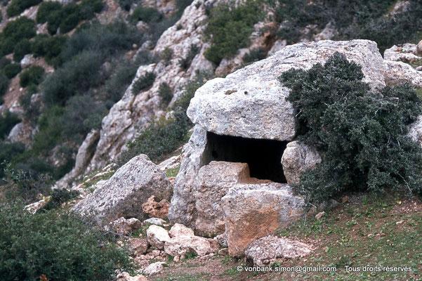 [020-1978-21] Roknia : Dolmen au bord de la falaise