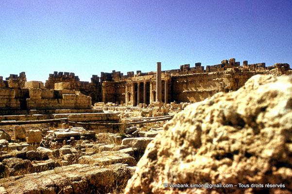 [085-1973-14] Baalbek - Temple de Jupiter : Grande cour (partie Nord-Ouest)
