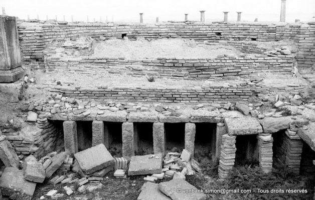 [NB047-1978-52] Timgad (Thamugadi) : Les grands thermes du Sud - Baignoire et hypocauste