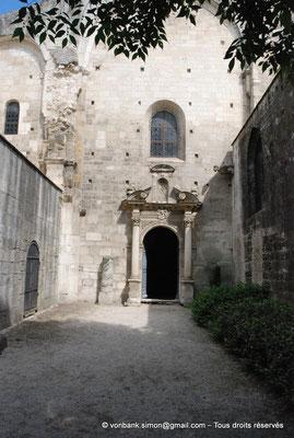 [NU001i-2018-0019] Arles - Les Alyscamps : Eglise Saint-Honorat - Entrée actuelle (porte du XVII° siècle) - Une cour remplace la nef qui ne fut jamais terminée