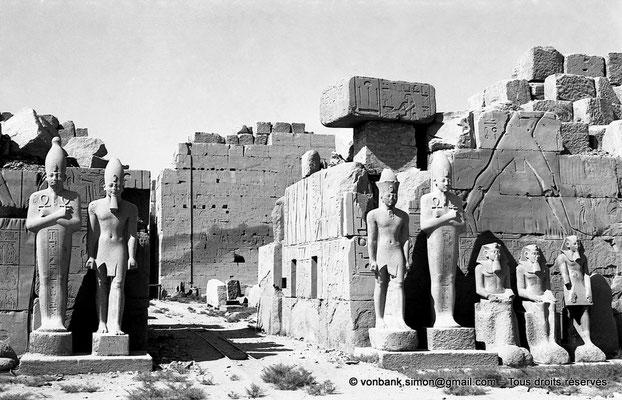 [NB075-1973-76] Karnak - Propylées du Sud : Façade Nord du pylône VII - En arrière-plan, façade Nord du pylône VIII