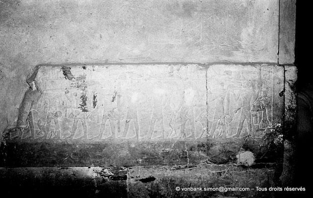 [NB085-1981-37] Saqqara - Mastaba de Mererouka : Des prêtres du Ka, dont seuls huit survivent, apportent un assortiment d'offrandes aux défunts (Chambre A11, mur Nord)