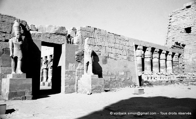 [NB077-1973-60] Karnak - Temple de Ramsès III : Façade du temple, vue prise depuis la grande cour - A droite, portique de Chechoncq Ier