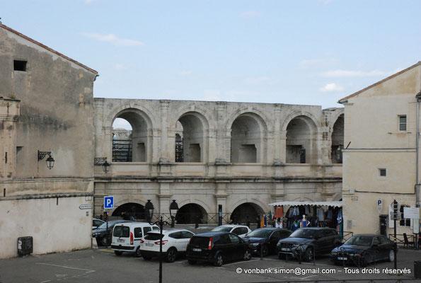 [NU001i-2018-0039] Arles (Arelate) - Amphithéâtre : Depuis la rue menant au Théâtre, vue partielle sur la façade Ouest