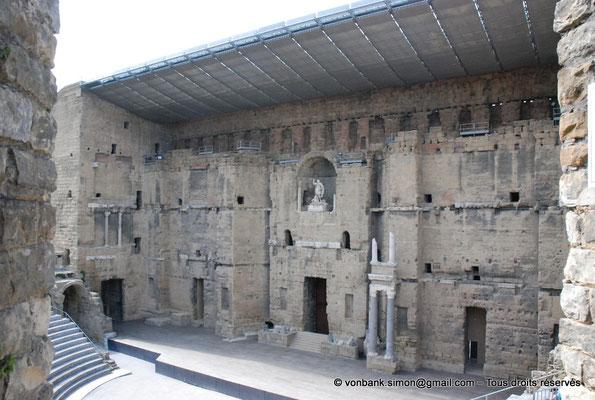[NU001e-2018-0043] Orange (Arausio) : Théâtre - Mur de scène évoquant une façade de palais avec ses trois étages de colonnes et sa niche centrale où trône la statue de l'empereur Auguste