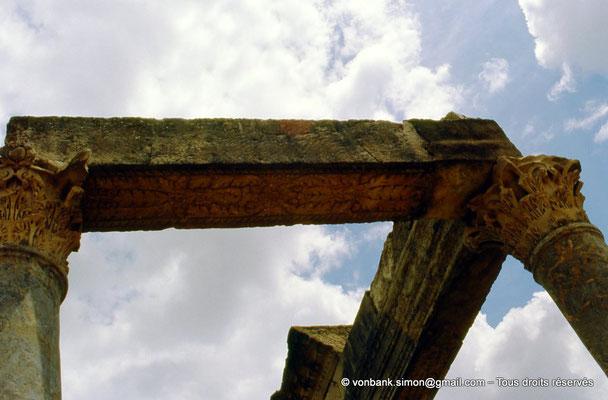 [009-1985-06] Henchir Kasbat (Thuburbo Majus) : Architrave du portique de la Palestre des Petronii
