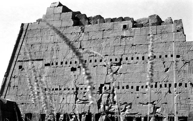 [NB070-1973-06] Karnak - Propylées du Sud : Façade Nord du pylône VIII - Môle Est