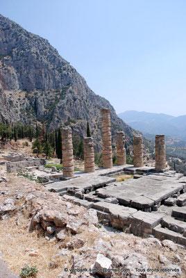 [NU901-2008-0163] GR - Delphes - Temple d'Apollon : Angle Sud-Est du temple - sur la gauche, son autel ; derrière, le mont Parnasse