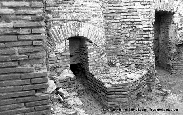 [NB042-1978-35] Timgad (Thamugadi) : Les grands thermes du Sud - Fourneau
