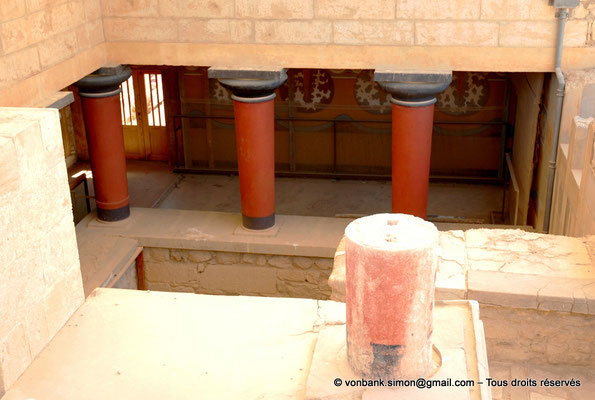 [NU905-2011-176] Cnossos (Crète) : Vue de l'escalier principal à colonnes (appartements de la reine)