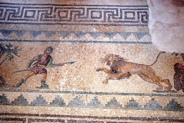 [NU900-2012-069] Paphos (Nea Paphos) : Villa de Dionysos - Scène de chasse - Chasseur armé d'une lance se préparant à attaquer un lion [12]