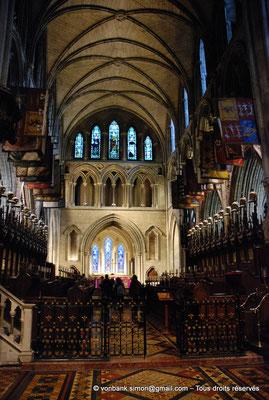 [NU002p-2016-0116] Dublin - Cathédrale Saint-Patrick - Chœur : Stalles utilisées par les chevaliers de l'Ordre de Saint-Patrick (1783-1922) avec cimiers et drapeaux