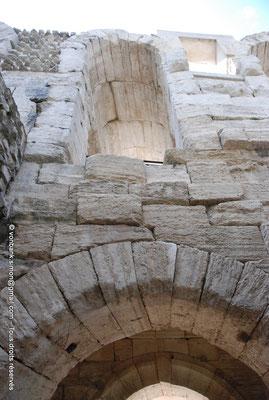 [NU001k-2018-0034] Arles (Arelate) - Amphithéâtre : Arcade supérieure (détail)