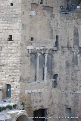 [NU001e-2018-0045] Orange (Arausio) : Théâtre - Massif gauche de la scène - Vue partielle du mur Ouest avec ses trois étages de colonnes dont il n'en reste que deux au centre