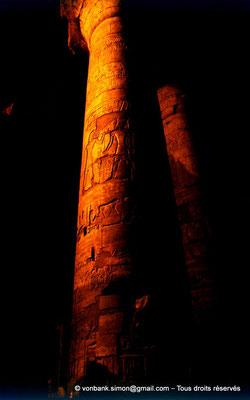 [081-1973-26] Karnak - Son et lumière : Salle hypostyle - Colonnes à chapiteaux papyriformes ouverts de l'allée principale