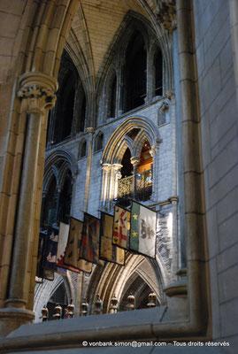 [NU002p-2016-0129] Dublin - Cathédrale Saint-Patrick - Chœur : Drapeaux des chevaliers de l'Ordre de Saint-Patrick (1783-1922)