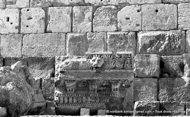 [NB071-1973-01] Baalbek - Temple de Jupiter - Morceau d'architrave au sol