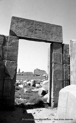 [NB078-1973-34] Karnak - Ipet-Sout : Face Nord de la porte Sud de la salle aux colonnes cannelées (cour axiale pylônes V-VI) - En arrière-plan, pylônes VIII et IX