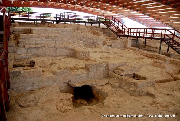 [NU900-2012-013] Kourion (Curium) : Maison d'Eustolios - Vue partielle sur des parties souterraines voûtées utilisées pour le passage de l'air chaud nécessaire au caldarium