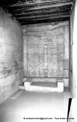 [NB085-1981-39] Saqqara - Mastaba de Mererouka : Stèle fausse porte, monolithe réalisé en calcaire fin de Tourah (Chambre A8, mur Ouest)