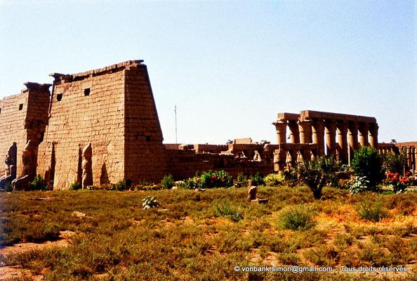 [080-1973-38] Louxor - Temple d'Amon-Rê : Avant-cour, statues, pylône et grande cour (Ramsès II) puis colonnade processionnelle d'accueil (Aménophis III)