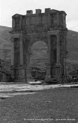 [NB031-1978-00] Djemila (Cuicul) : Arc de Caracalla - Façade Est