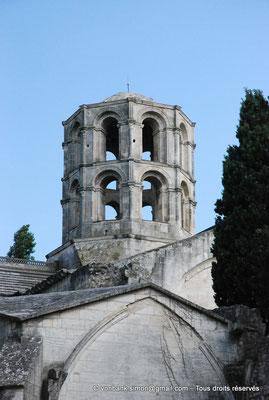 [NU001i-2018-0016] Arles - Les Alyscamps : Eglise Saint-Honorat - Tour percée de larges arcades - Au XII° siècle, un fanal y était allumé la nuit comme dans les lanternes des morts