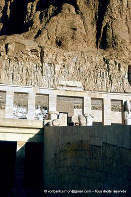 [089-1973-06] Deir el-Bahari : Temple d'Hatchepsout - Terrasse supérieure