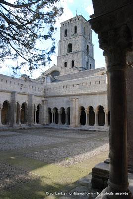 [NU001i-2018-0074] 13 - Arles - Saint-Trophime - Cloître : Depuis la galerie Est, vue sur le clocher et l'angle extérieur des galeries Nord et Ouest