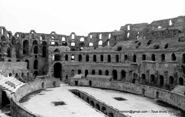 [NB012-1981-10] El Djem (Thysdrus) : Amphithéâtre - Arène et ses cellules souterraines