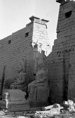 [NB074-1973-52] Louxor - Temple d'Amon-Rê : Statues (Ramsès II) devant le pylône