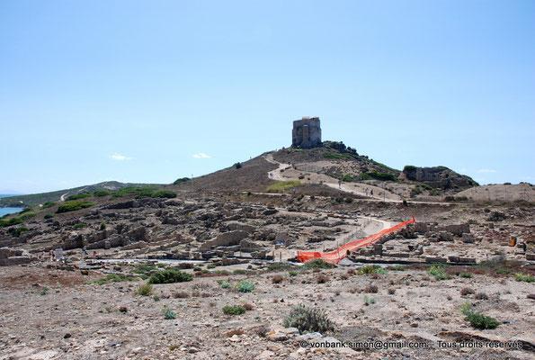[NU904-2015-203] Tharros (Sardaigne) : Ruines d'habitations adossées à la colline de San Giovanni - En arrière-plan, Tour espagnole