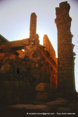 [088-1973-45] Karnak - Salle hypostyle : Dernière colonne de l'allée principale  et claustras du bas-côté Sud (vues depuis le pylône III)