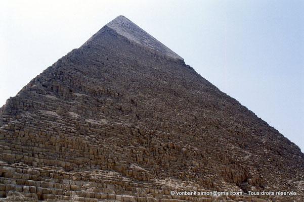 [067-1981-31] Gizeh - Khéphren : La pyramide du Roi - Son sommet a conservé son revêtement lisse de calcaire blanc de Tourah