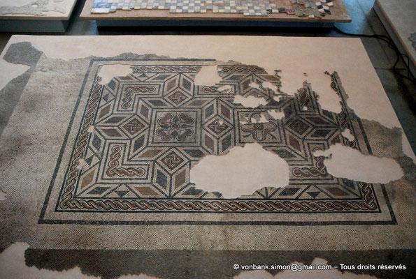 [NU001k-2018-0050] Arles (Arelate) : Mosaïque géométrique polychrome, découverte en 1987 à Trinquetaille (Arles)