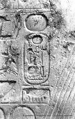 [NB079-1973-12] Louxor - Temple d'Amon-Rê : Cartouche pharaonique (titulature de Ramsès II)