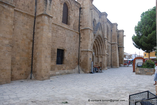 [NU905-2014-0309] Nicosie - Agia Sophia : Façade Nord de l'ancienne église Saint-Nicolas (vue oblique sur le portail principal)
