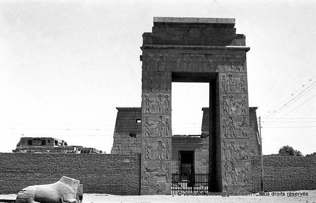 [NB078-1973-80] Karnak - Temple de Khonsou : Porte Sud (Ptolémée III Evergète), haute de 21 mètres, de la grande enceinte en brique crue du Temple d'Amon