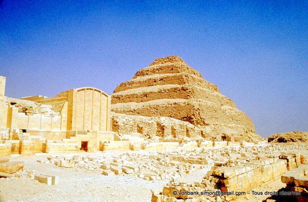 """[083-1973-03] Saqqara - Djoser : Cour et chapelles du """"Heb-Sed"""" - En arrière-plan, la pyramide à degrés du roi"""