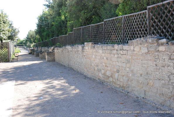 [NU003-2017-489] Caumont sur Durance (Clos-de-Serre) : Partie du mur de clôture du jardin avec parement en opus vittatum