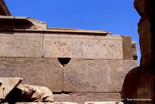 [068-1981-29] Karnak - Ipet-Sout : Course royale, élévation du mât de la Séhénet, accomplir l'encensement (Chapelle de Philippe Arrhidée, face Sud)