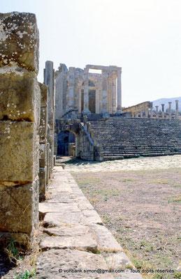 [001-1983-30] Djemila (Cuicul) : Place des Sévères (Nouveau forum) - Temple septimien (vue prise depuis l'angle Nord-Est de la place)