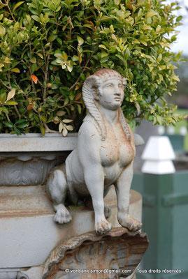 [NU900c-2012-0089] B - Bruxelles - Laeken : Serres royales - Sphinge formant anse d'une poterie