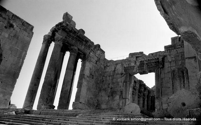 [NB071-1973-23] Baalbek : Temple de Bacchus - Escalier d'accès et porte d'entrée du pronaos