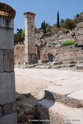 [NU901-2008-0159] GR - Delphes - Temple d'Apollon : sur la droite du temple, le pilier de Prusias de Bithynie (face Est)