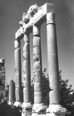 [086-1973-25] Baalbek - Temple de Jupiter : Propylées