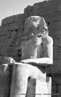 [NB070-1973-10] Karnak - Propylées du Sud : Statue d'Aménophis Ier (Môle Ouest, Face Sud du pylône VIII)
